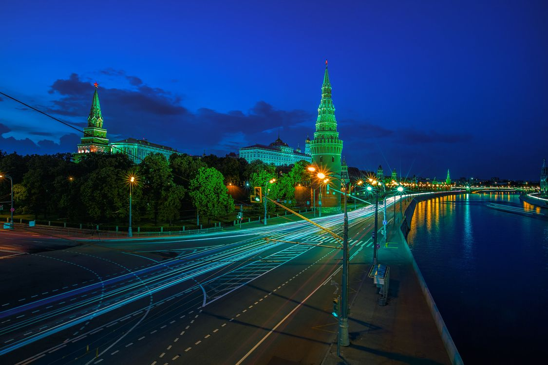Photos for free Moscow Kremlin, Moscow River Illuminated in the Evening, Russia - to the desktop