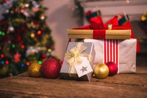 Фото бесплатно елка, праздник, декор, шарики, подарки