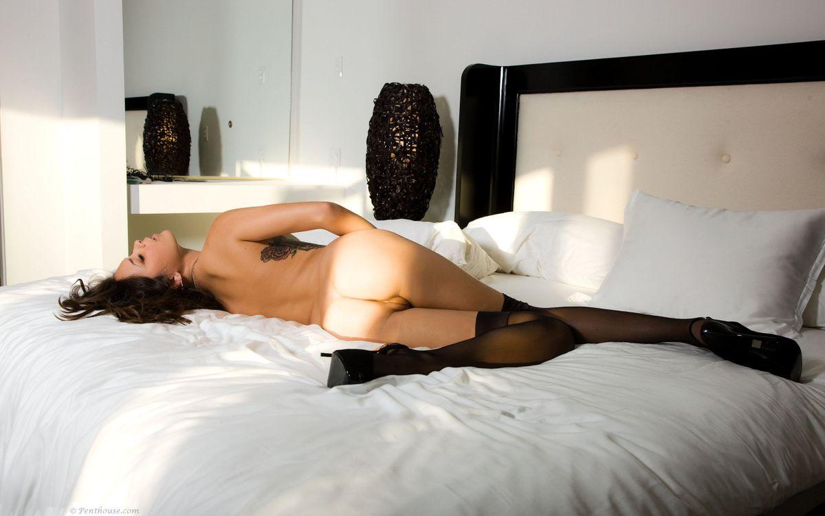 Фото бесплатно брюнетка, лежащий, кровать - на рабочий стол