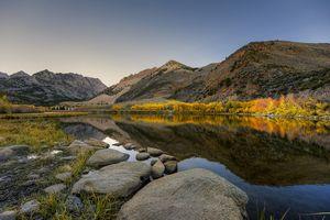 Бесплатные фото озеро,осень,деревья,камни,горы,холмы,природа