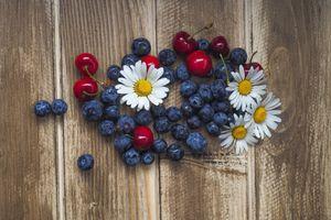Черника, вишня и ромашки · бесплатное фото