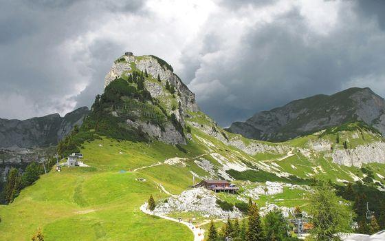 Дома у подножья горы