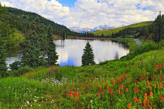 Фото бесплатно озеро, дорога, люди, река, холм, горы, холмы, деревья, небо, облака, природа, цветы