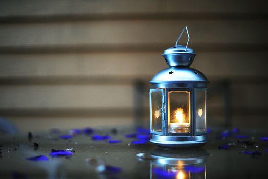Фото бесплатно фонарь, свеча, синий, боке, огонь, свет, настроение