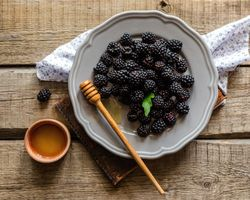 Ежевика с мёдом · бесплатное фото