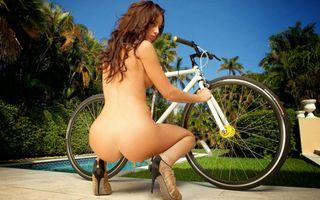 Бесплатные фото rebecca lynn,голубое небо,длинные волосы,задница,приземистый,велосипед,на открытом воздухе