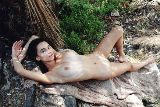 Бесплатные фото Глория Сол,модель,брюнетка,длинные волосы,красивые,большие сиськи,сиськи,на улице,голая,бритая киска,половые губы,киска