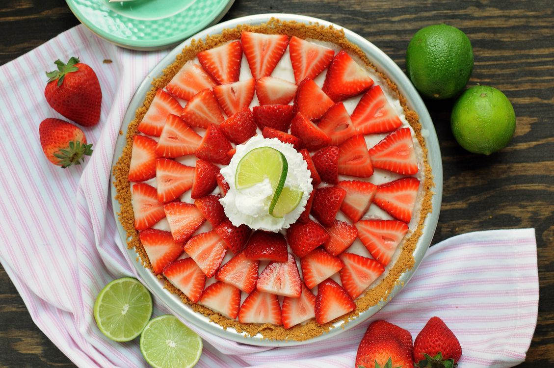 Photos for free strawberries, lime, fruits - to the desktop