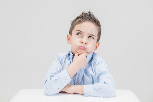 Бесплатные фото мальчик,размышление,расчет,дитя,ребенок,сидящий,малыш,профессиональный,девушка,детская модель