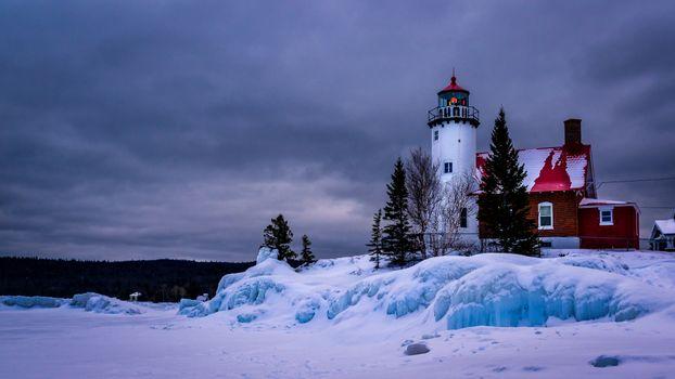 Бесплатные фото Маяк гавани орла,Верхний полуостров Мичиган,озеро,лед,Мичиган,eagle harbor lighthouse,Upper Peninsula Michigan,lake superior,ice,Michigan,зима,пейзаж