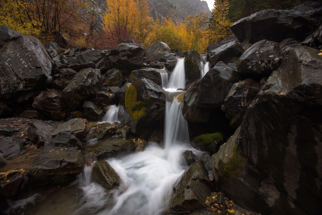 Водопад и каменюги · бесплатное фото