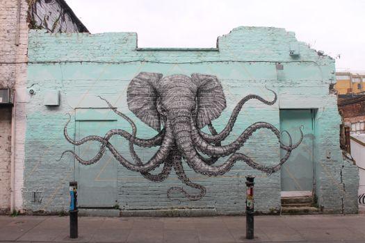 Граффити слона на кирпичной стене