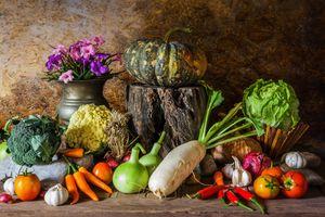 Букет и осенние овощи · бесплатное фото