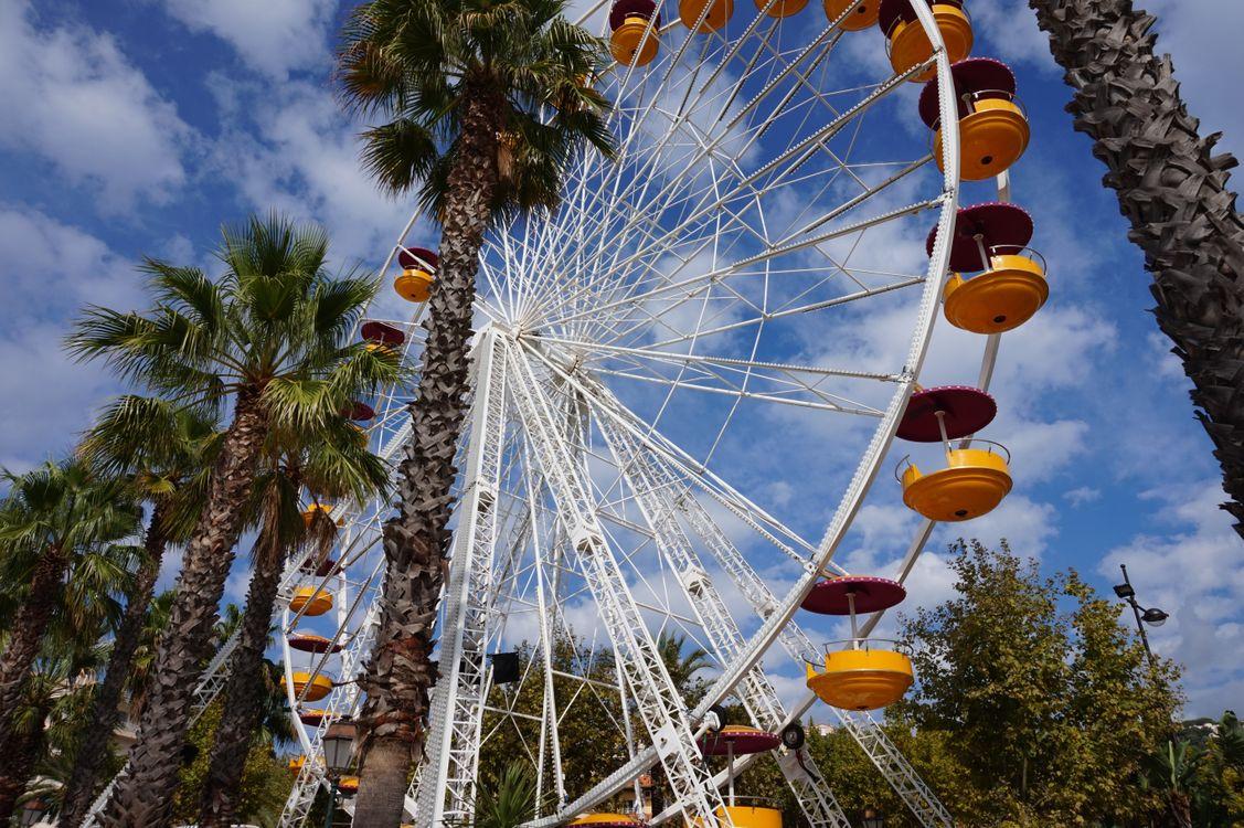 Фото бесплатно колесо обозрения, пальмы, облака - на рабочий стол
