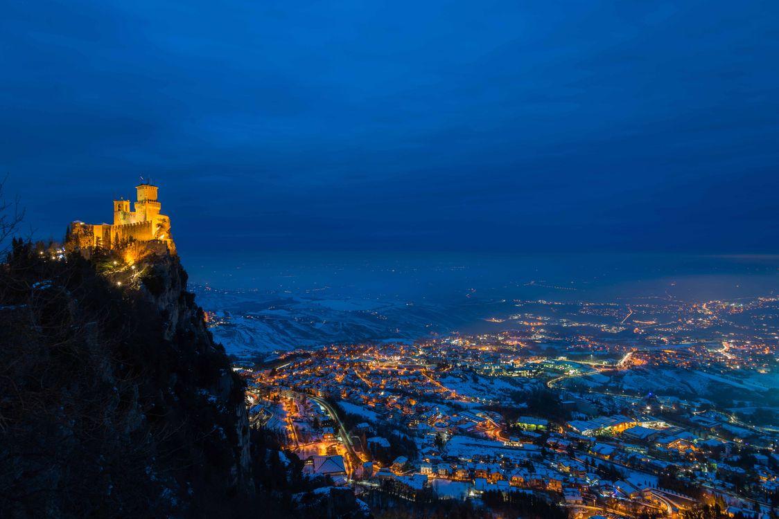 Фото бесплатно Monte Titano, San Marino, Чарующая Земля, Огненная Земля, Ла Сеста, Секондо Торре и Пассо делле Стреге, Сан-Марино, ночь, иллюминация, ночные города, Италия, замок, крепость, город
