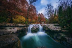 Река текущая по скалам · бесплатное фото