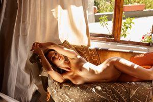 Фото бесплатно девушка, секси, грудь, красивая, диван, Катерина giannoglou, большие сиськи, брюнетка, загорелая, обнаженная, соски, проколотые соски