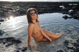 Фото бесплатно Зельда Б, Зельда, Арина Б, Таня r, water, wet, sexy, naked, boobs, tits, brunette, hot, model, smile, legs, sunglasses, feet, outdoor, tanned, nipples