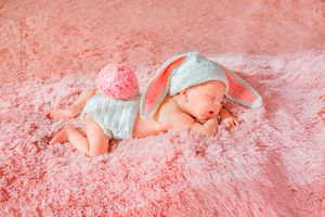 Фото бесплатно сон, хвостик, ушки, ребенок, малыш, ковер, младенец, шапочка, мех, зайчик