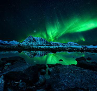 Северное сияние и горы