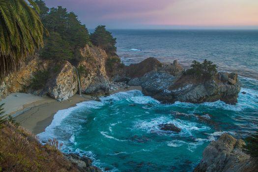 Уютный пляж в Калифорнии