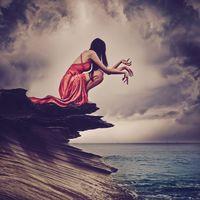 Бесплатные фото море,скалы,девушка,красотка,небо,облака,руки