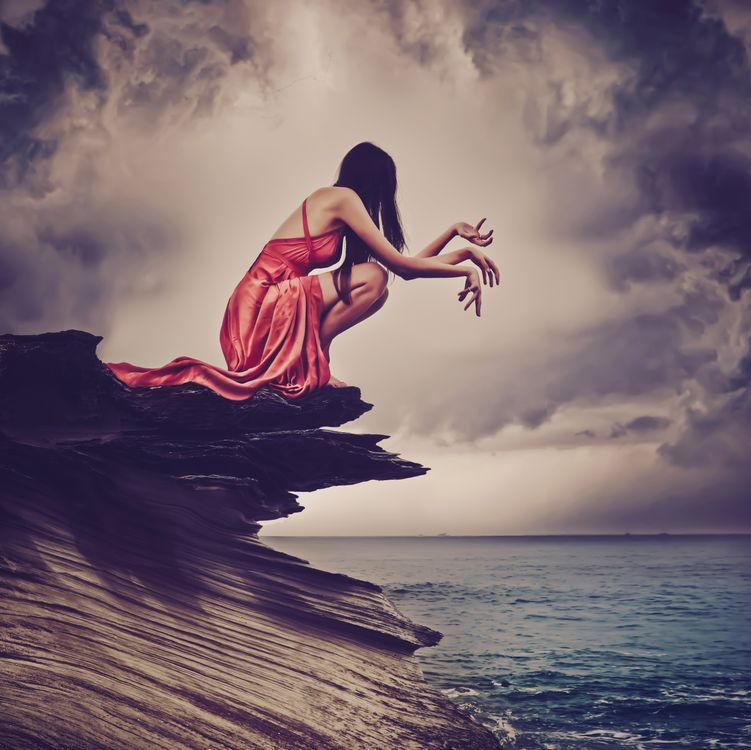 Фото бесплатно море, скалы, девушка, красотка, небо, облака, руки, ситуация, ситуации