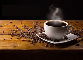 Кофе на черном фоне · бесплатное фото