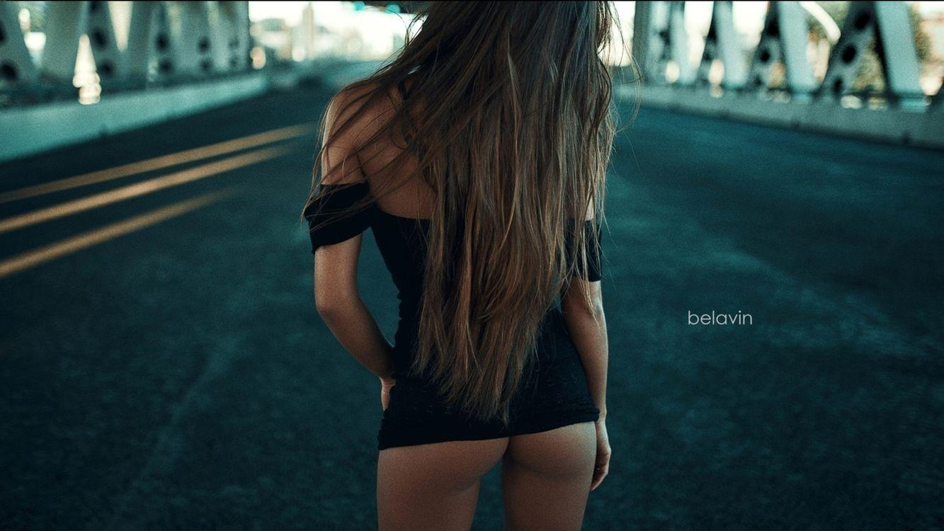 Девушка на дороге в мини юбке · бесплатное фото