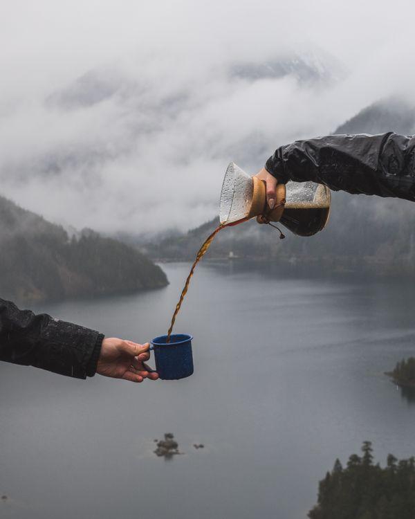 Фото бесплатно обои, путешествия, синий, кафе, кофе, чашка, наркомания, рука, камера, чашка кофе, washington, горное озеро, лес, дождь, туманный, разное