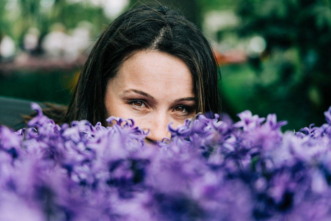 Фото бесплатно женщина, фиолетовые цветы, размытые фотографии, карие глаза, брюнетка, девушки - скачать на рабочий стол