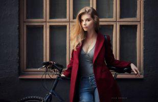 Девушка у окна с велосипедом