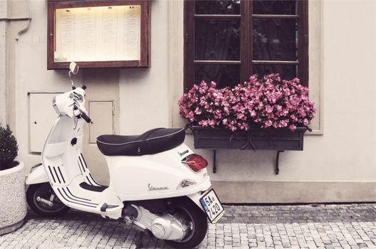 Photo free scooter, window, flowers