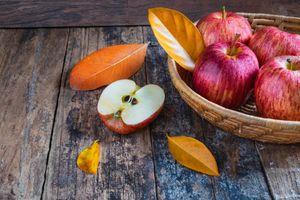 Яблоки, листья и доски · бесплатное фото