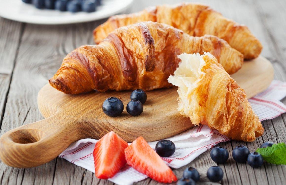 Фото бесплатно круассан, голубика, завтрак - на рабочий стол