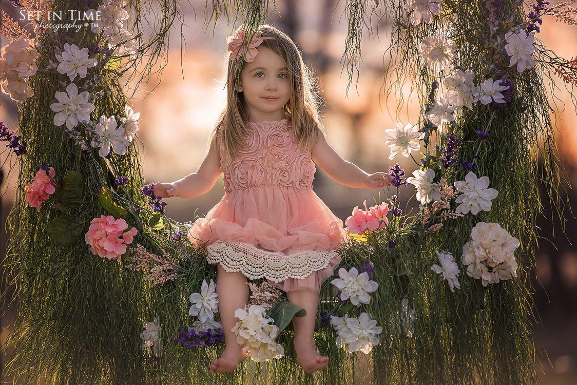 Фото бесплатно цветы, качели, трава, природа, дети, девочка, волосы, лицо, ребенок, flowers, swing, grass, nature, children, girl, настроения