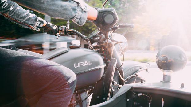 Бесплатные фото мотоцикл,классическа,надпись,руки,скорость,коляска,адреналин,движение,Санберсты,кожа,ural,урал