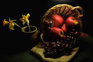 Натюрморт с яблоками и виноградом · бесплатное фото