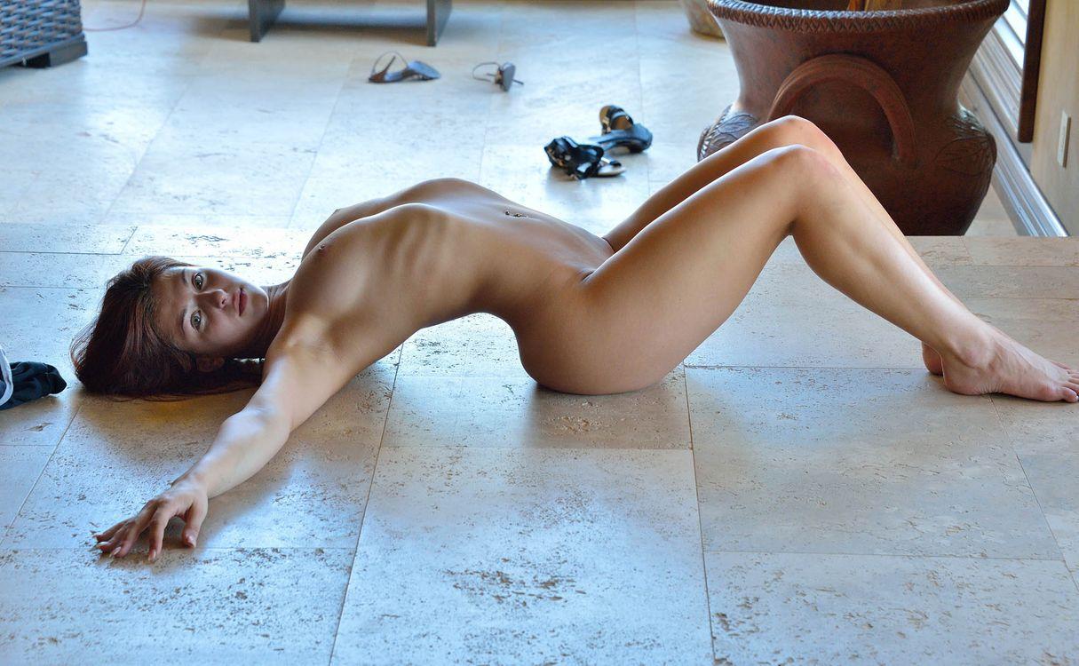 Фото бесплатно Jessica Robbin, лежа на полу, голая - на рабочий стол