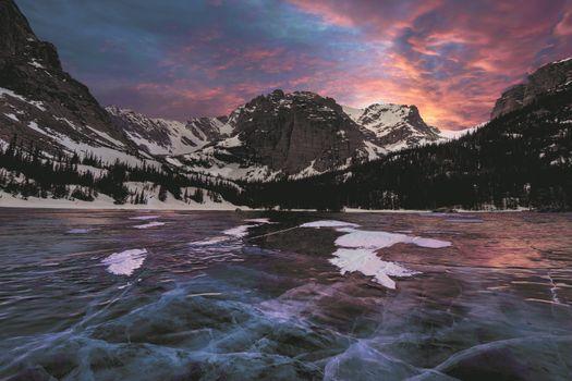 Зимнее озеро в Скалистых горах