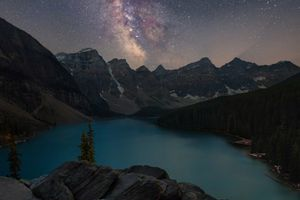 Млечный путь над озером Морейн · бесплатное фото