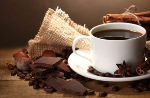 Кофе и кусочки шоколада · бесплатное фото