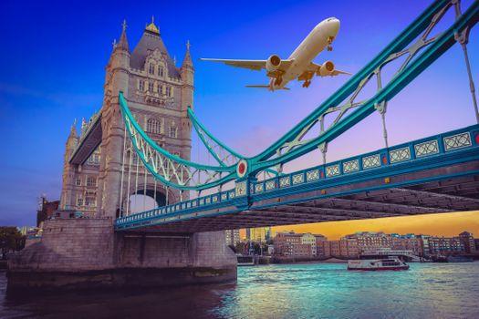 Бесплатные фото Тауэрский мост,Лондон,Великобритания,самолёт,Самолет,летящий над Тауэрским мостом на закате в Лондоне