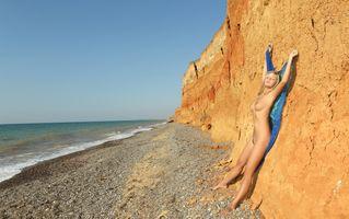 Фото бесплатно на берегу, у скалы, голышом