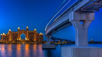 Мост в Дубае ночью