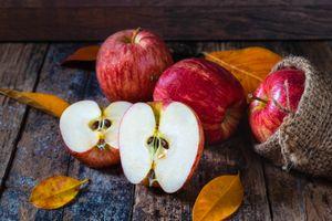 Половинки красных яблок