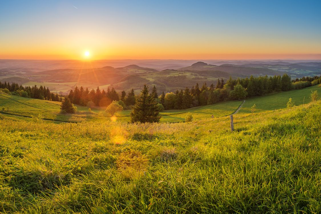 Фото бесплатно Гессен, Германия, закат солнца, поле, холмы, деревья, трава, лучи, природа, пейзаж, пейзажи