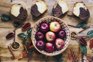 Яблоки и кусочки хлеба · бесплатное фото