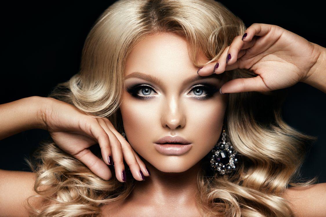 Обои макияж, прическа, блондинка, руки, взгляд картинки на телефон