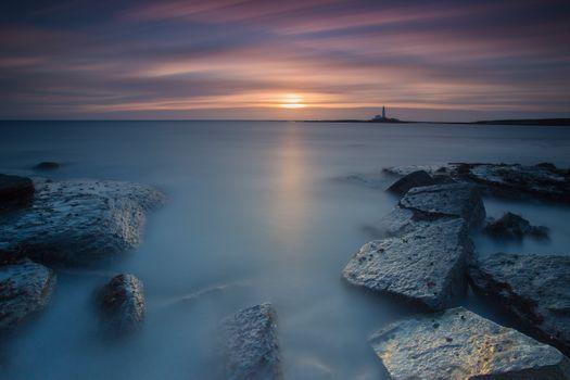 Морской закат и каменные плиты · бесплатное фото